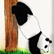 selbstgezeichneter Panda im Kopfstand uriniert an Baumstamm