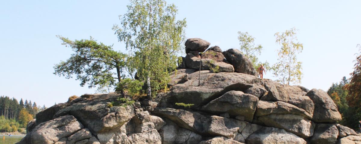 Ottensteinerstausee im Waldviertel mit typischen Granitblöcken