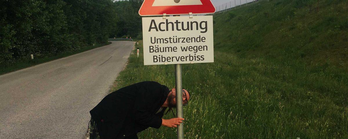 """Mensch """"nagt"""" Auchtung Biber-Schild in Fischamend an"""