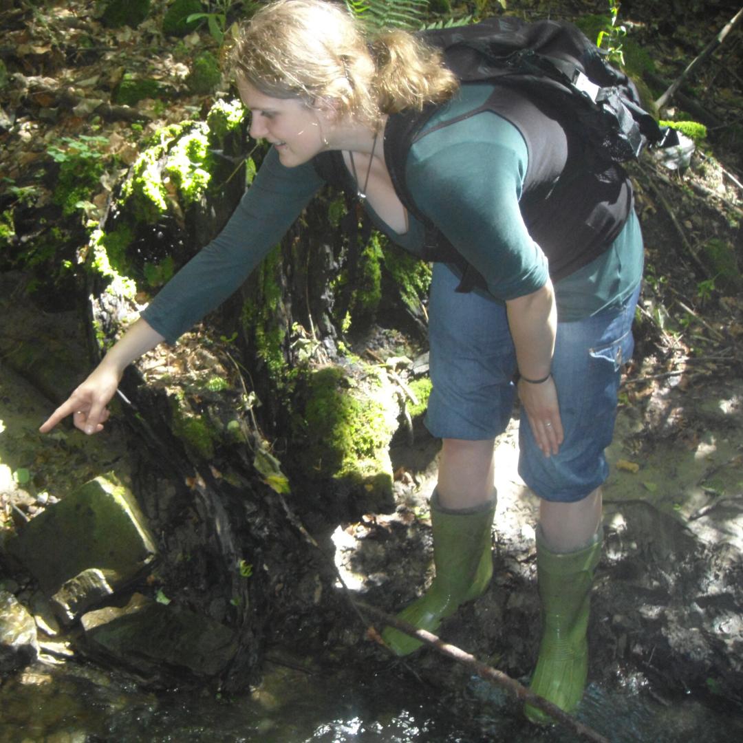 Bettina findet eine Feuerslamanderlarve im Wienerwald